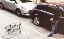 เปิดคลิประทึก!! โจรปั่นจักรยานฉีดน้ำกรดใส่ใบหน้าเจ้าของรถ ขณะปล้น!! (คลิป)