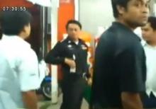 สุดเจ๋ง! ตำรวจปลอมตัวเป็นพนักงานเซเว่น บุกรวบโจรปล้นหลังดวลปืน