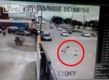 คลิปเตือนใจ!! พ่อแม่ประมาทปล่อยเด็กวิ่งเล่น เกือบถูกรถชนบนถนนใหญ่ (ชมคลิป)