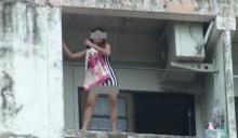 หวาดเสียว! หญิงสาวจะกระโดดลงมาจากตึก 5 ชั้น ที่อ.บางพลี จ.สมุทรปราการ
