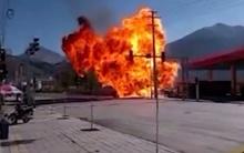 เสียวสุดๆ..ไฟไหม้รถขณะที่ยังขับออกมาไม่พ้นปั๊มน้ำมัน