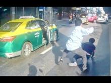 ใครบอกว่าเปิดก่อนได้เปรียบ แท็กซี่ไฝว้เดือดกลางถนน