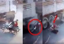 อุทาหรณ์!!ขี่มอเตอร์ไซค์มุดใต้ท้องรถพ่วง รถพังยับเกือบตาย!!