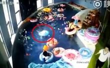 อุทาหรณ์!! เด็ก 3 ขวบ ห่วงยางพลิกคว่ำ จมน้ำเกือบ 2 นาที แต่ไม่มีใครเห็น!! (คลิป)