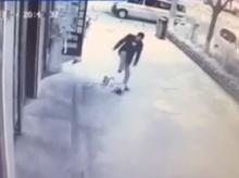 จิตใจทำด้วยอะไร!!! หนุ่มจีนกระทืบเด็กปางตาย หมั่นไส้กวาดถนนทำความดี ไร้คนช่วยเหลือ!!