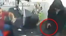 เวรกำ!! โจรปล้นร้านค้าทำปืนลั่นใส่มือตัวเองซะงั้น
