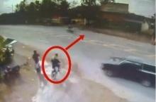 นาทีมรณะ! เพื่อเป็นอุทาหรณ์ ขณะหนุ่มคนนี้กำลังถีบจักยานเพื่อข้ามถนน ถึงแม้ว่าเขาจะระมัดระวังแล้ว!!