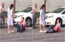 คลิปช็อก ! เมียแค้นจับได้ผัวมีชู้ คว้ามีดไล่แทงผัวบนถนนต่อหน้าชาวเมือง