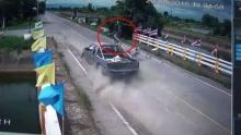 ดับคาที่!! กระบะชนรถจยย.เปลี่ยนเลนกะทันหัน ร่างกระเด็นไปไกล 20 เมตร
