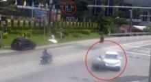 เก๋งฝ่าไฟแดง ชนจยย.คนลอยขึ้นฟ้า ก่อนร่วงมาโดนรถทับอีกที
