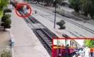 โดนชนกระเด็นสาหัส  หนุ่มใหญ่ตั้งใจเดินให้รถไฟทับ (ชมคลิป)