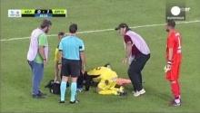 โหดร้ายที่สุด!!เมื่อนักเตะคนนี้เจ็บ มาดูนักเตะอีกทีมและ จนท.เปล ทำกับเขา
