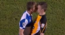 แจกใบเหลือง! ถลาจูบปากนักเตะฝ่ายตรงข้าม ฟรุ้งฟริ้งไหม ต้องดู