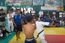 มวยไทย vs เทควันโด้ โดนหมัดซ้ายเข้าเต็มหน้า ถึงกับร่วง!