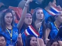 ตบสาวนิวซีแลนด์ ถือธงชาติไทยเชียร์ทีมไทยดวลเวียดนาม
