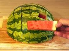 วิธีผ่าแตงโม ให้กินง่าย แถมมีที่จับด้วยนะ