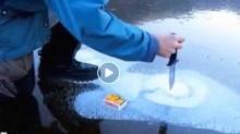 (คลิป)ชายคนหนึ่งเอามีดไปจิ้มธารน้ำแข็งพร้อมกับจุดไฟมาดูผลที่ได้