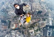 กล้าท้าตาย!!เซลฟี่สุดหวาดเสียวบนยอดตึกสูง 443 เมตร