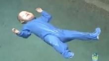 OMG!! คุณพ่อฝึกลูกการเอาตัวรอดเมื่อต้องตกสระน้ำ