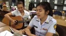 """ทหารสาวเสียงใสโชว์ลูกคอเพลง """"ไสว่าสิบ่ถิ่มกัน"""" เพราะเว่อร์!! (คลิป)"""