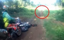 ช็อกโลก!! เมื่อกลุ่มมอเตอร์ไซค์วิบากขี่รถชมป่าอยู่ๆ เจอเข้ากับสิ่งมีชีวิตลึกลับโดดออกมา