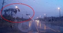 สุดระทึก!! พายุซัดสุรินทร์ สังกะสีปลิวเฉียดหน้ารถ-หม้อแปลงบึ้ม