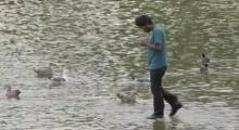 หนุ่มคนนี้ทำคนนับสิบเงิบปนอึ้ง เมื่อเขาเดินบนผิวน้ำแบบไม่แคร์โลก