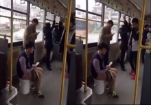 ทำไปได้!!หนุ่มนั่งอึลงถังที่หิ้วมาเอง เหม็นไปทั้งรถเมล์!
