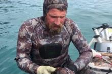 ชายกีวีโชว์ฆ่าปลาหมึกด้วยการกัดเพียงครั้งเดียว (ชมคลิป)