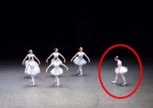 คุณเคยเห็นการเต้นบัลเลต์ที่ตลกอย่างนี้ไหม มีคนกดดูเป็นล้าน มันตลกมากจนกลั้นหัวเราไม่ไหว!!!