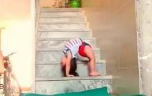 คลิปสุดทึ่ง เด็กหญิงวัยแค่ 1 ขวบโชว์ท่าสะพานโค้งได้อย่างเหลือเชื่อ!?