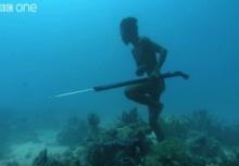 """ตะลึง!!ชายคนนี้ """"เดินใต้ทะเล"""" ไม่มีถังออกซิเจนไปล่าปลาใต้น้ำ"""