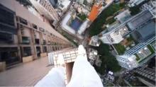 หวาดเสียว ใจกล้าท้า ยมทูต ขึ้นไปกระโดดเล่นบอกยอดตึกสูง ใจทำด้วยอะไร?