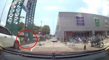 มารยาทงาม!!! เมื่อเด็กไทยยกมือไหว้รถก่อนข้ามถนน