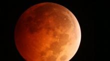ถ่ายพระจันทร์สีเลือด แต่มียูเอฟโอ ติดมาด้วย