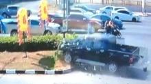 คลิปนาทีชีวิต!!รถกระบะพุ่งชนรถมอไซด์
