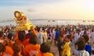เป็นบุญตาที่ได้ชม!! พิธีลอยพระพิฆเนศลงทะเลเพื่อส่งเสด็จกลับสู่เทวโลก ณ.หาด Juhu